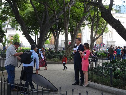 Fernsehteam berichtet vom Staatsgipfel - man beachte, wie die Kollegin auf Zehenspitzen balanciert