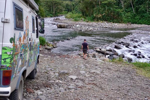 Da führt kein Weg rein - das Problem mit dieser Furt war weniger die Wassertiefe (ca. 80 cm) sondern die kindskopfgroßen Steine als Untergrund. Wir fahren 50 km Umweg...