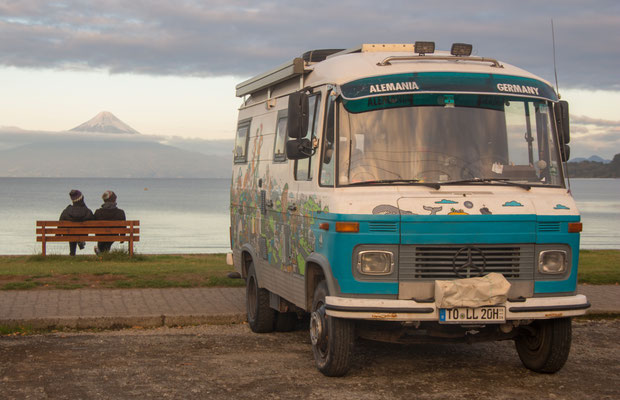 An der Strandpromenade von Frutillar, im Hintergrund der Vulkan Osorno