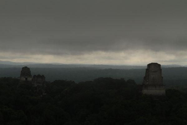 Bewölkter Himmel über Tikal
