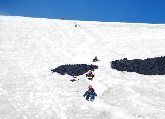 """Runter geht es über den Gletscher viel schneller als hoch. Zur geliehenen Ausrüstung gehören auch """"Hinternrutscher"""""""
