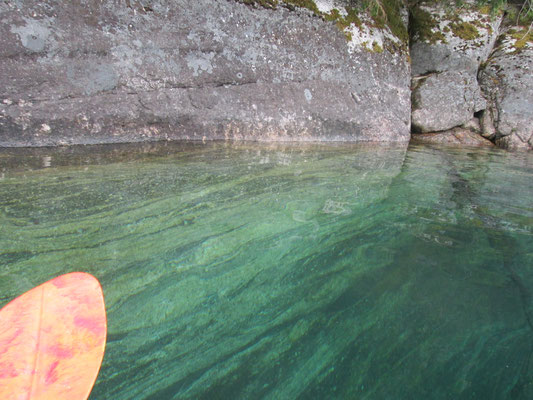 Eine Steilwand vom Boot aus aufgenommen: Hier kann man erahnen, wie klar das Wasser ist: ohne Probleme kann man bis zu 5 m in die Tiefe schauen