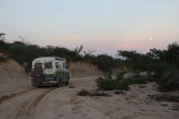 Festgefahren in der Erde - unfreiwilliges Nachlager mit einer Schaufelarbeit und Sandblecheinsatz am nächsten Morgen