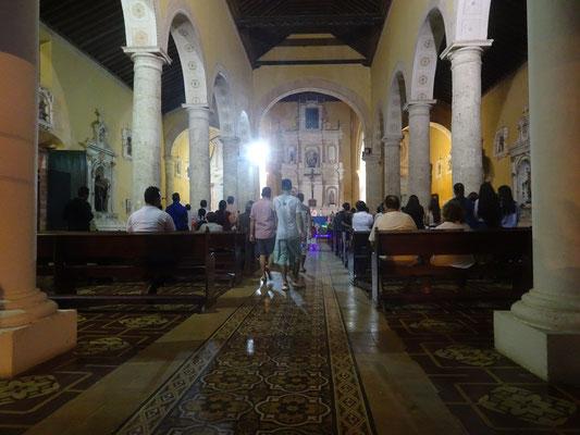 In Kolumbien sind die Kirchen auch während der Woche voll
