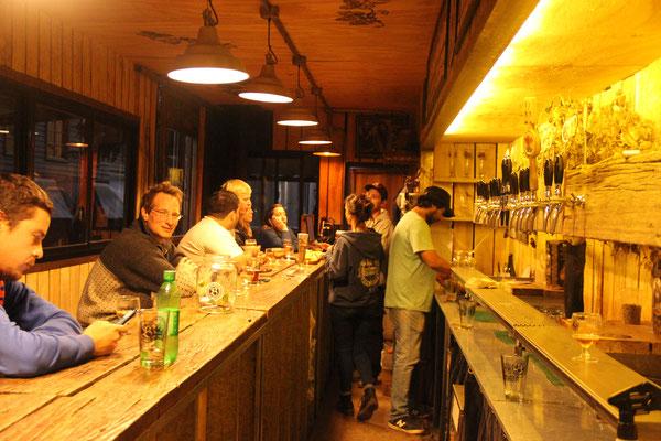 Mitten im Wald eine kleine Brauerei, die aus einem alten 40-Fuss-Container eine nette Bar gebaut haben.
