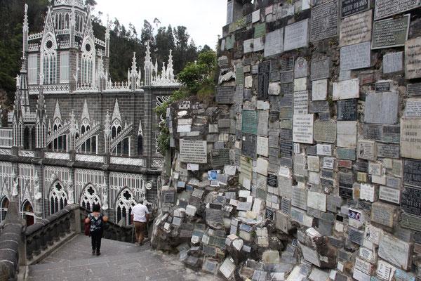 Überall um die Kirche herum findet man Emailletafeln mit Danksagungen