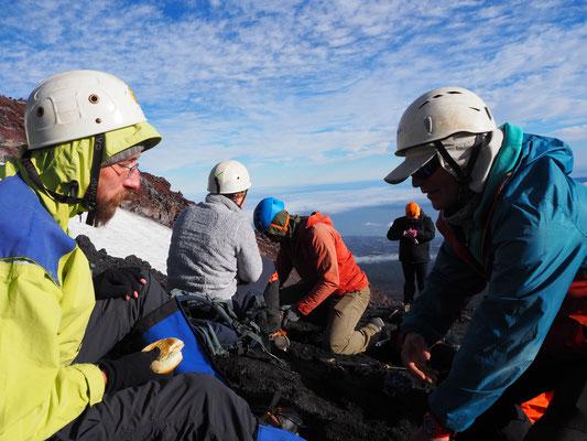 Unsere Amateurbergsteigergruppe im Basislager, wo wir Rucksäcke und Eispickel zurück lassen, um dann den Gipfel zu erstürmen