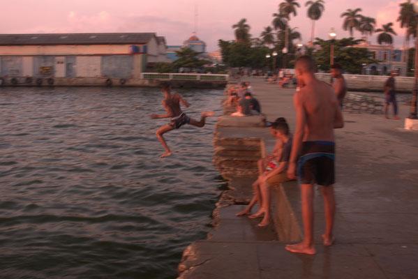 Kinder beim Baden in Cienfuegos