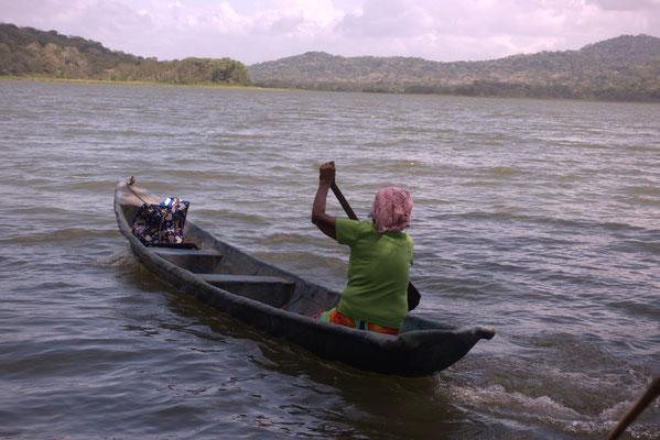 Nach unserer Fahraktion paddeln die Indios mit ihren Tüten voll Lebensmittel zu ihren Dörfern zurück