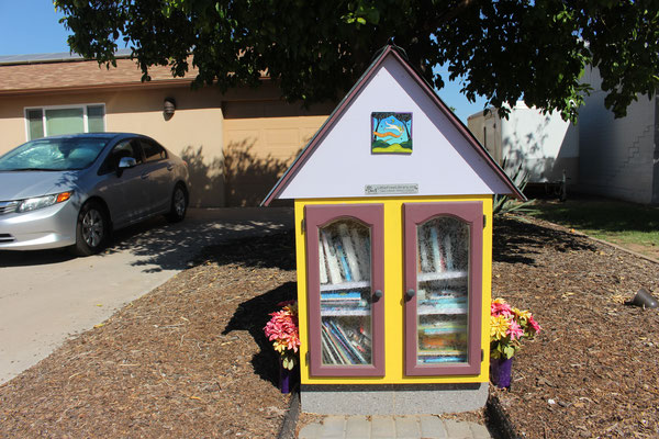 Die Nachbarin von Ingrid und Reinhard hat eine Tauschbücherei im Vorgarten