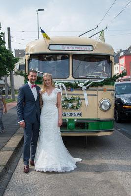 Janina und Denis Rose fuhren mit Ihren Gästen im historischen Obus 59 durch die Klingenstadt