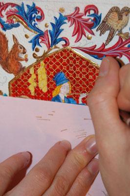 Réalisation d'une miniature par une élève pendant les cours dispensés à l'atelier sc-enluminure par Sandra Clerbois