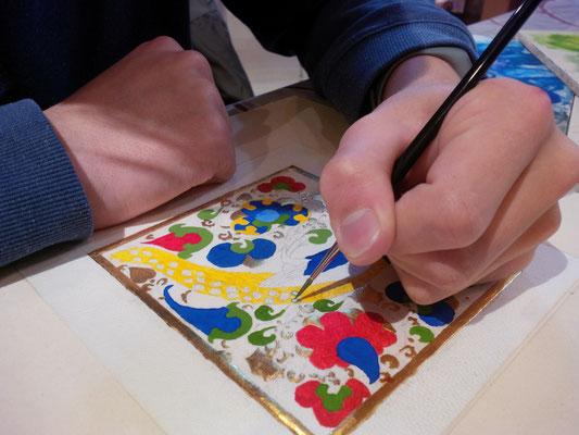 Réalisation d'une miniature paon par un élève pendant les cours dispensés à l'atelier sc-enluminure par Sandra Clerbois