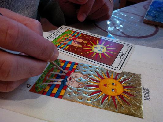 Réalisation d'une enluminure carte de tarot par un élève pendant les cours dispensés à l'atelier sc-enluminure par Sandra Clerbois