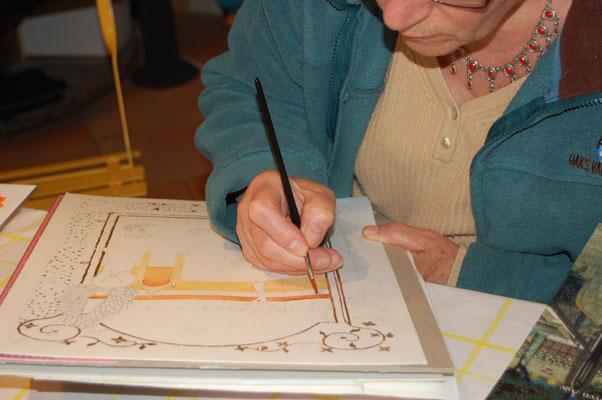 Une élève en plein travail d'enluminure pendant les cours dispensés à l'atelier sc-enluminure par Sandra Clerbois