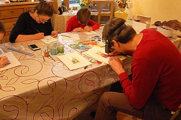 Les élèves en plein travail d'enluminure pendant les cours dispensés à l'atelier sc-enluminure par Sandra Clerbois