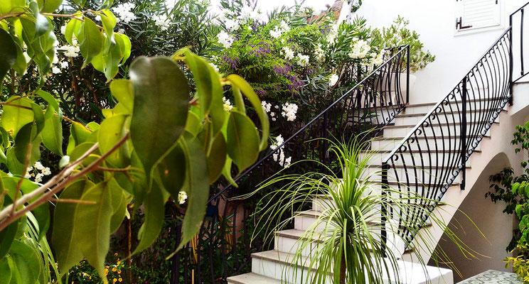 Scalinata d'entrata / Entrance stairway
