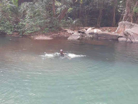 Baden am  Wasserfall Djendjeni