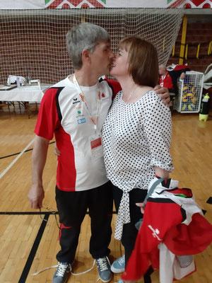 Küßchen für den Bronzemedaillengewinner im Schießen Jean Marie Cirelli