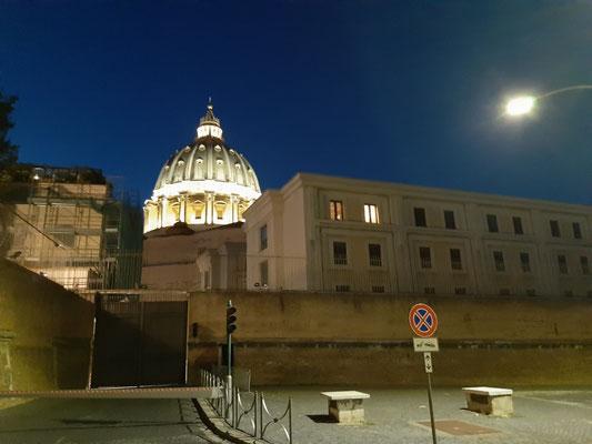 """Die Kuppel des Petersdoms und das Gästehaus """"Domus Sanctae Marthae. Hier wohnt Papst Franziskus"""