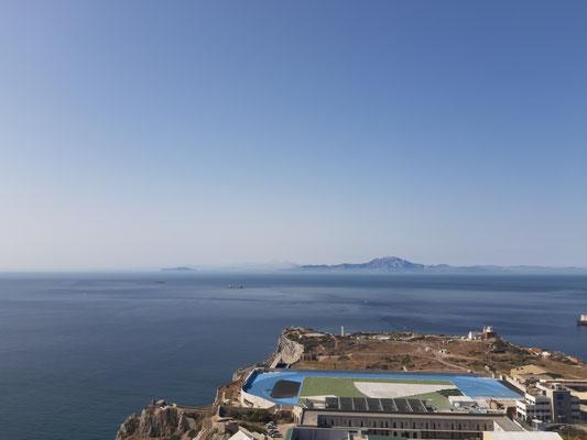 Blick nach Süden. Ganz links der Monte Hacho in Ceuta, rechts der Dschebel Musa in Marokko