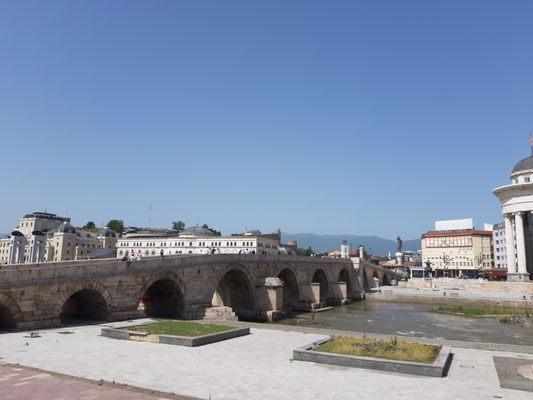 viele Brücken in Skopje