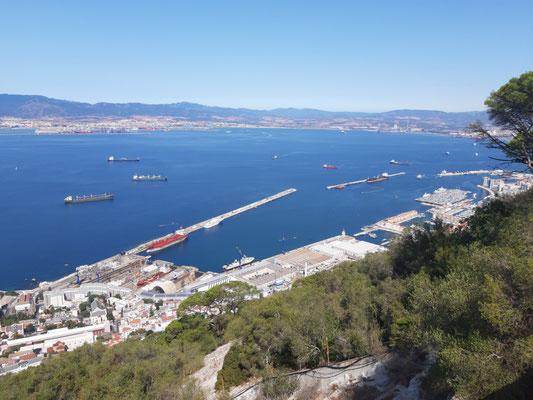 Vorne Gibraltar-Stadt, hinten Algeciras