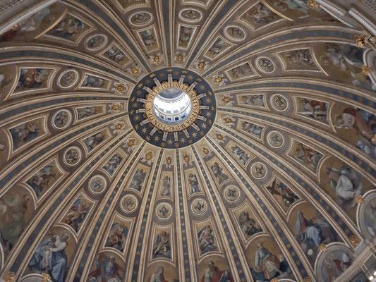 Die Kuppel des Petersdoms von ganz nahe