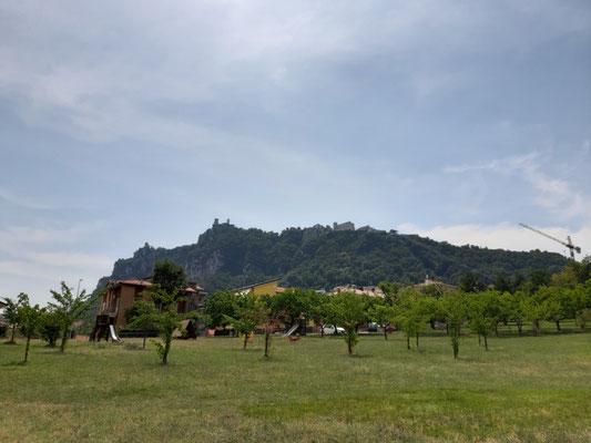 Blick zum Monte Titano von Domagnano aus
