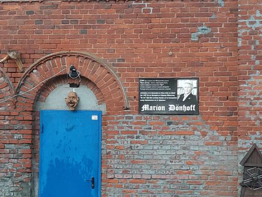 Tafel zum Gedenken an Marion Gräfin Dönhoff am Café, Friedrichstein