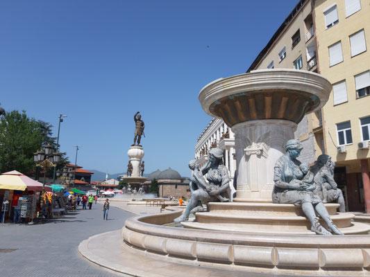 und viele Statuen in Skopje