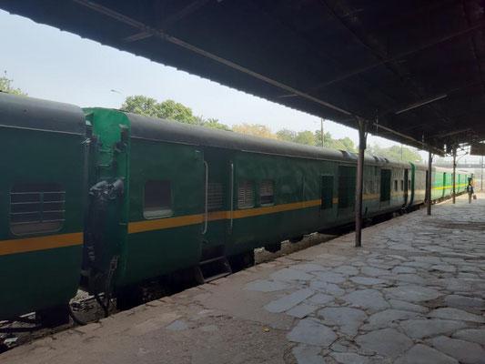 die Wagons auf dem Bahnsteig stehen still