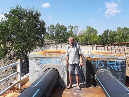 Auf einer Brücke über den Kanal von Korinth