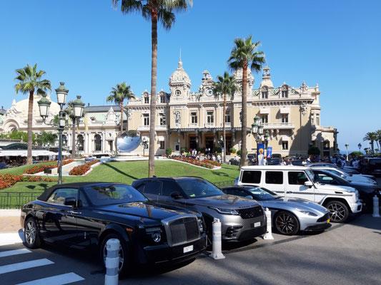 angemessene Autos vor dem Spielcasino Monte Carlo