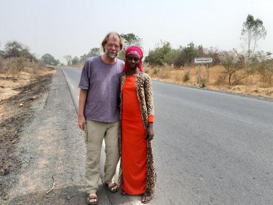 Mit Cashew-Verkäuferin auf dem Weg nach Siby