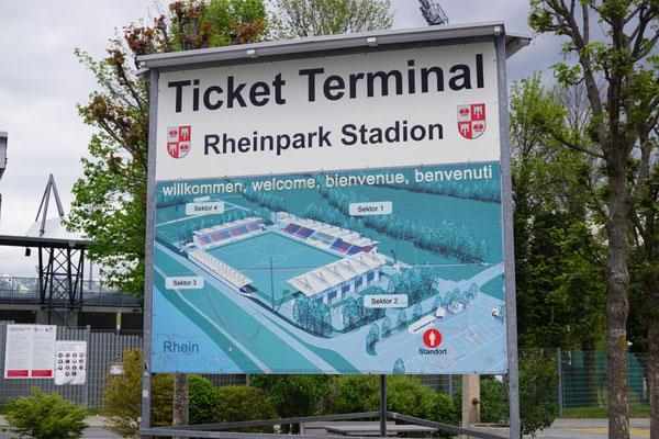 vor dem Stadion in Vaduz