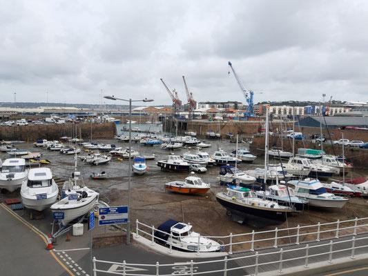 Hafen in St. Helier bei Ebbe