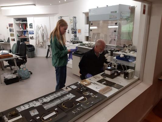 Der Archäologe Neil Mahrer und eine Schülerin im Labor des Museums