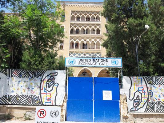 In der Pufferzone in Nikosia. Hauptfassade des Ledra Palace Hotel, seit 1974 UN-Hauptquartier