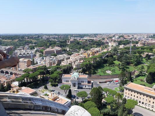Blick auf den Bahnhof des Vatikans von der Kuppel