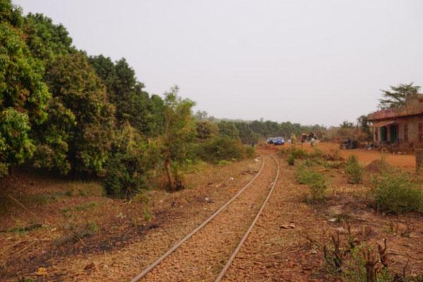 Gleise in einem Außenbezirk von Bamako