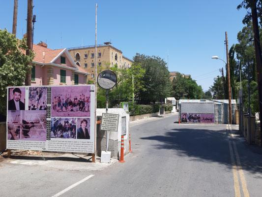 Am Kontrollpunkt zur Pufferzone in Nikosia. Im Hintergrund des Ledra Palace Hotel