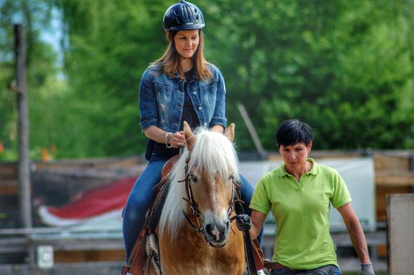 Peer.tv Filmaufnahmen Haflinger Pferd Priska Kelderer Reitschüler mit Reithelm