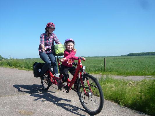 Bei dieser Radtour ist das Teilnehmerfeld so bunt gemischt, Jung und Alt sind fröhlich dabei.