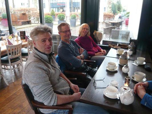 Drei Teilnehmer auf der linken Tischseite ...