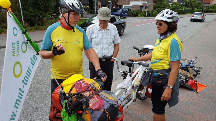 Teilnehmer der MUT-Tour werden von der Oldenburger Liegeradgruppe abgeholt.