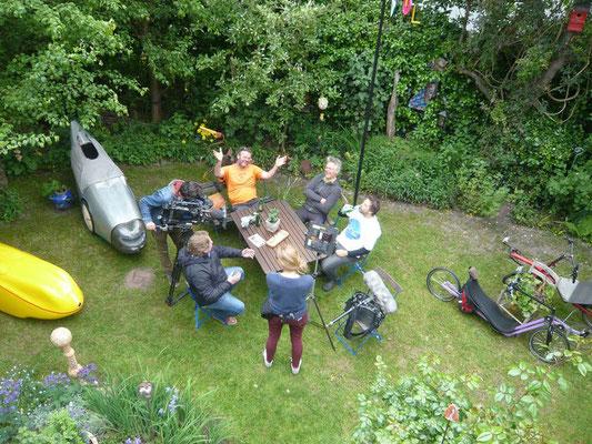 Letzte Absprachen und Interviews im Garten von Hanna und Dieter.