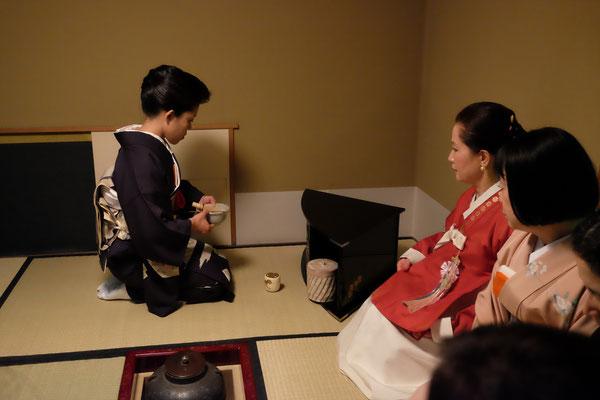 点前山野雅樂 正客韓国茶道家元、李瑛子先生。