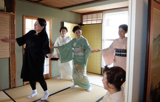 中央のダンサーは河本珠実(生花出品バラの雫)作者