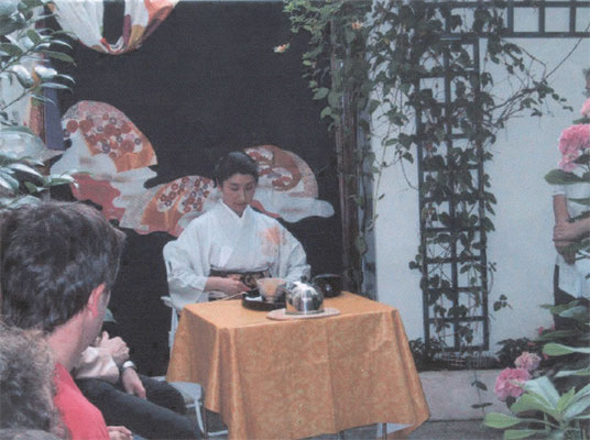 背景は日本から持参した黒留袖
